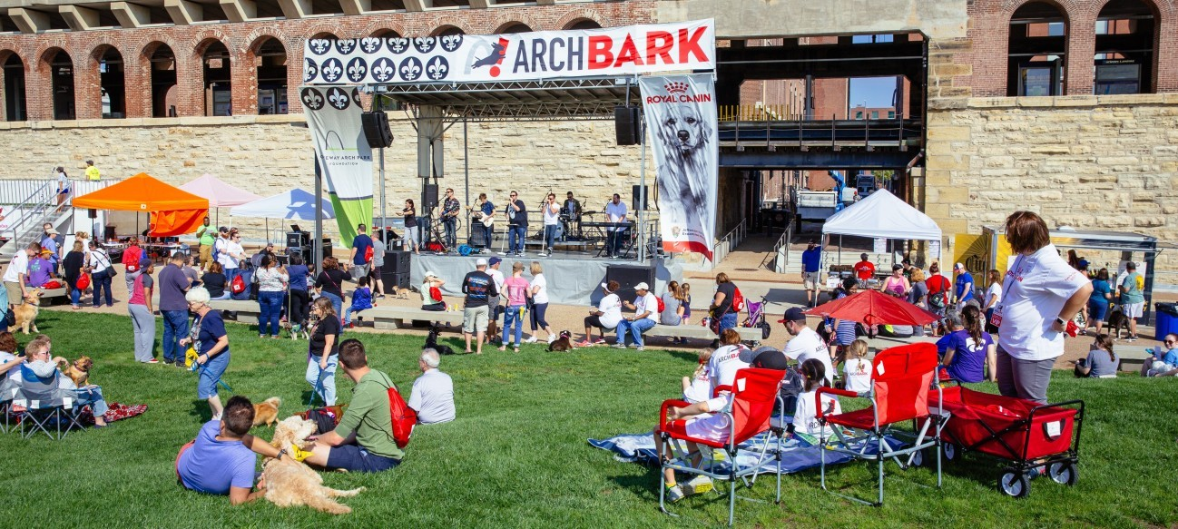 The first Arch Bark in 2017 attracted over 3,000 guests and nearly 1,000 dogs.