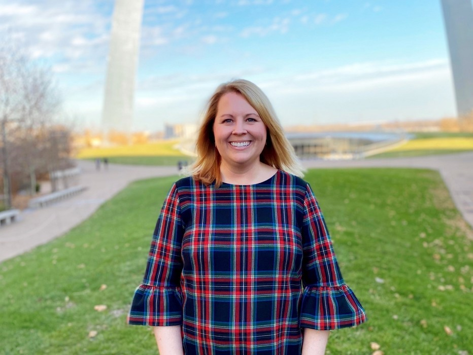Amanda Goldsmith standing in front of the Gateway Arch